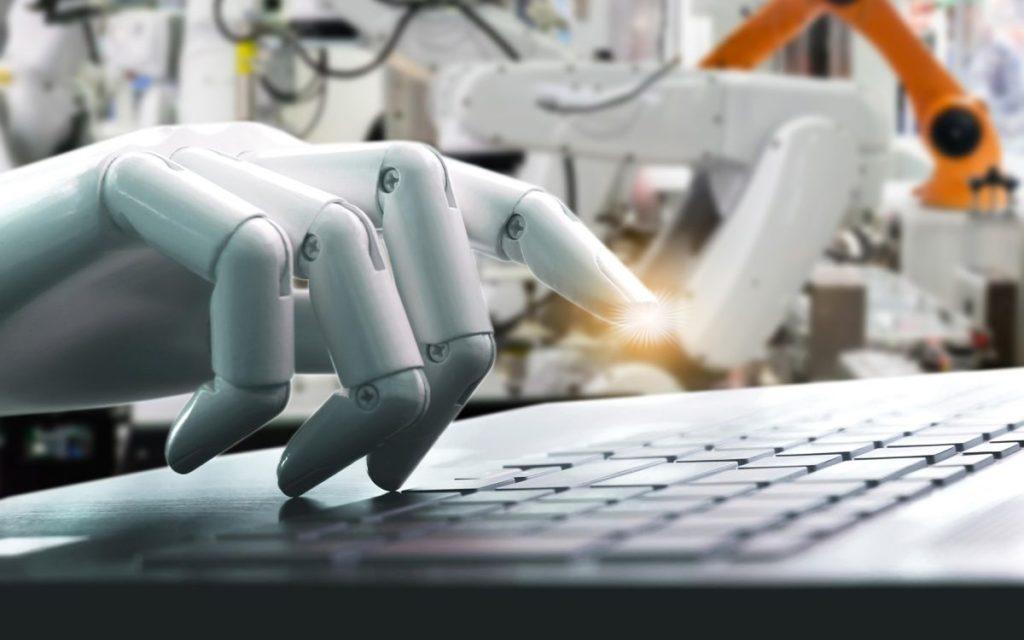 robot tecleando en ordenador