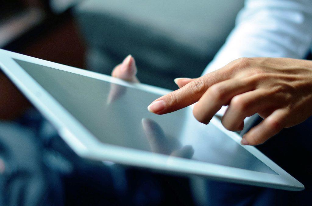 usuaria navegando en una tablet