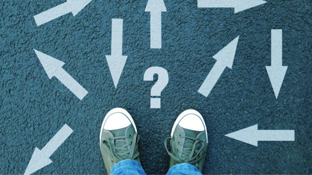 pies confusos sobre direcciones múltiples y signo de interrogación