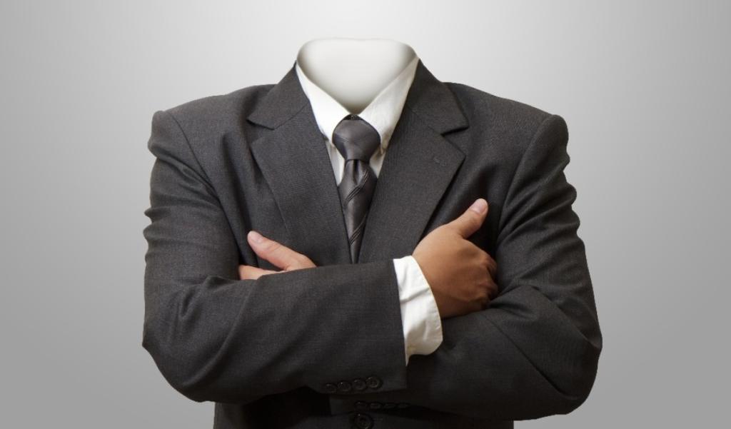 hombre trajeado y cruzado de brazos de cabeza invisible
