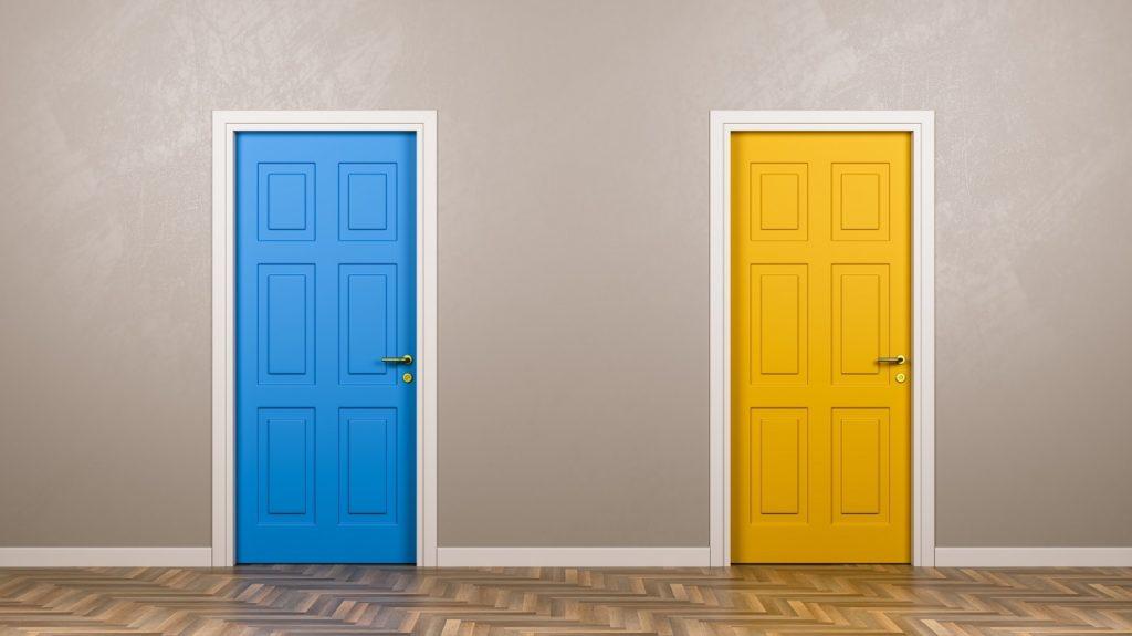 puerta azul y puerta amarilla