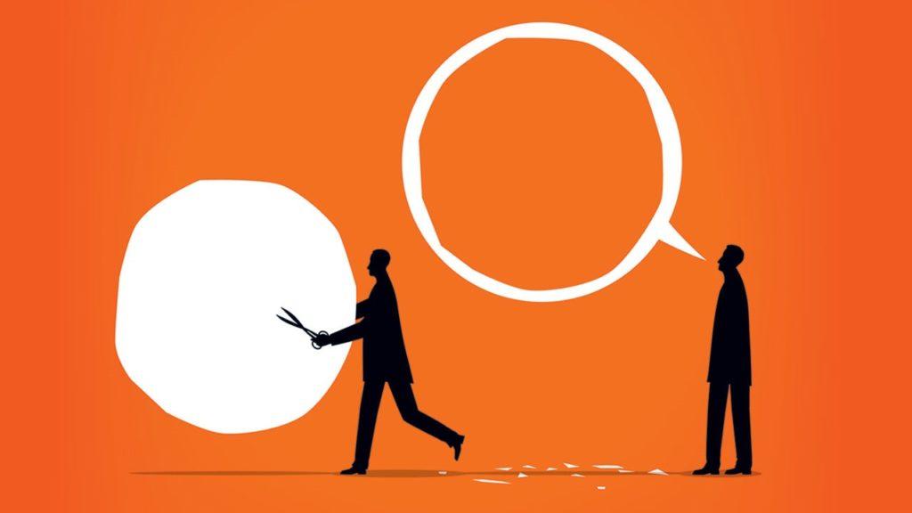 figuras con bocadillos de conversación sobre fondo naranja