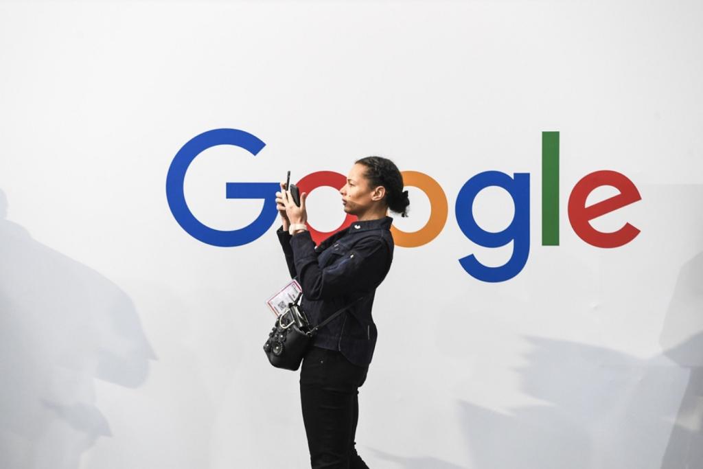 mujer navegando en movil sobre fondo con logo de google
