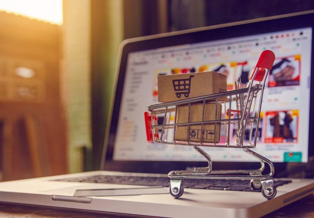 carrito de la compra sobre portatil con ecommerce