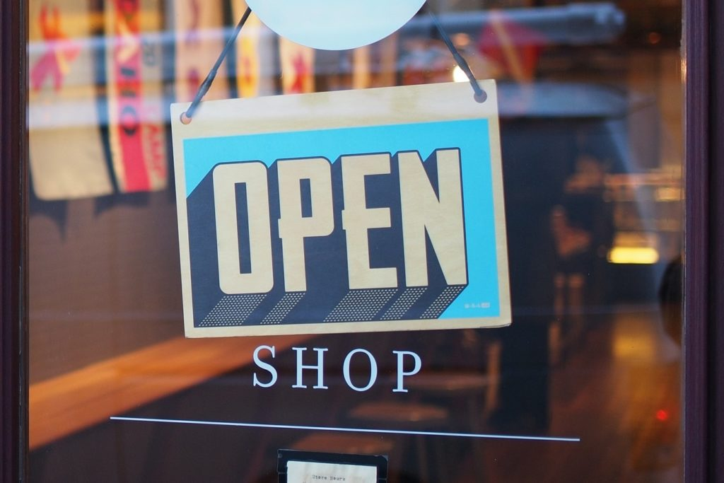 cartel de abierto en escaparate de tienda