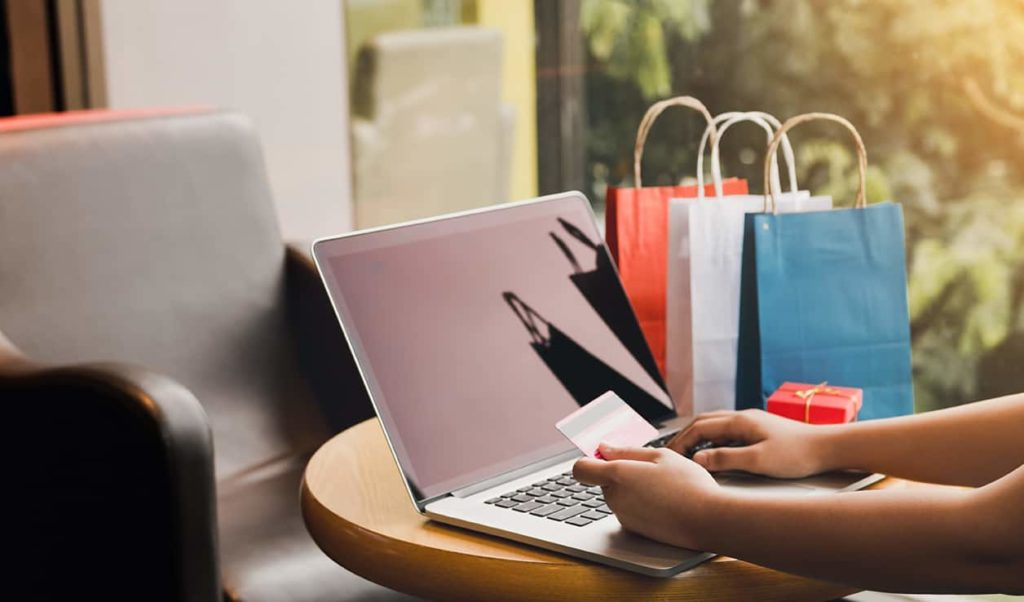 persona con tarjeta de crédito comprando online